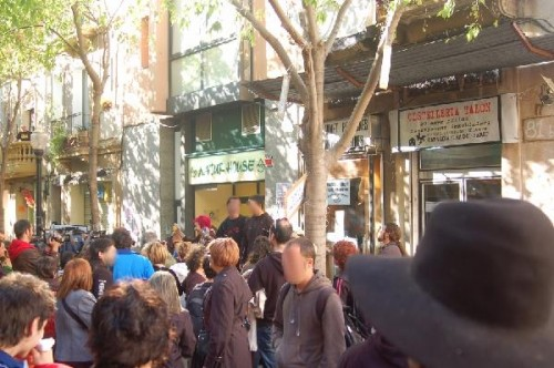 concentració de suport a Rosa Talón el 21 abril 2009 delante de su tienda