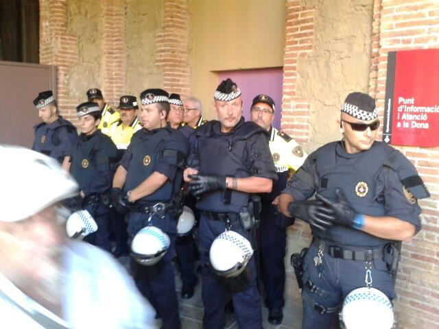 C rrega policial corredisses i empentes davant oficina for Oficina habitatge barcelona