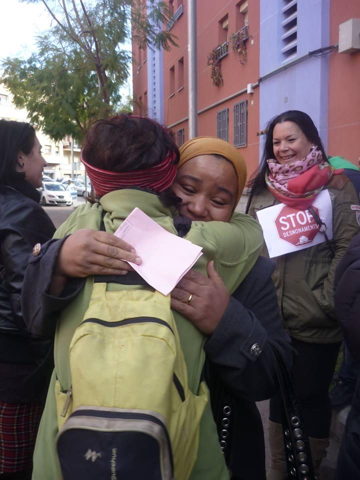 Rachida emocionada abrazo a una solidaria después de parar su desalojo en Roquetes