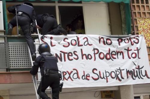 Enfrentamiento_mossos_vecinos_desahucio_Barcelona